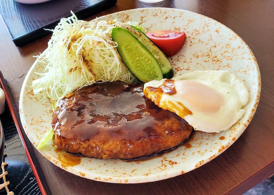 小国町にあるレストラン「風車」で出てきた赤牛ハンバーグ定食-1