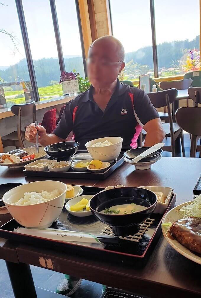 小国町にあるレストラン「風車」で出てきた赤牛ハンバーグ定食を味わうオジサン