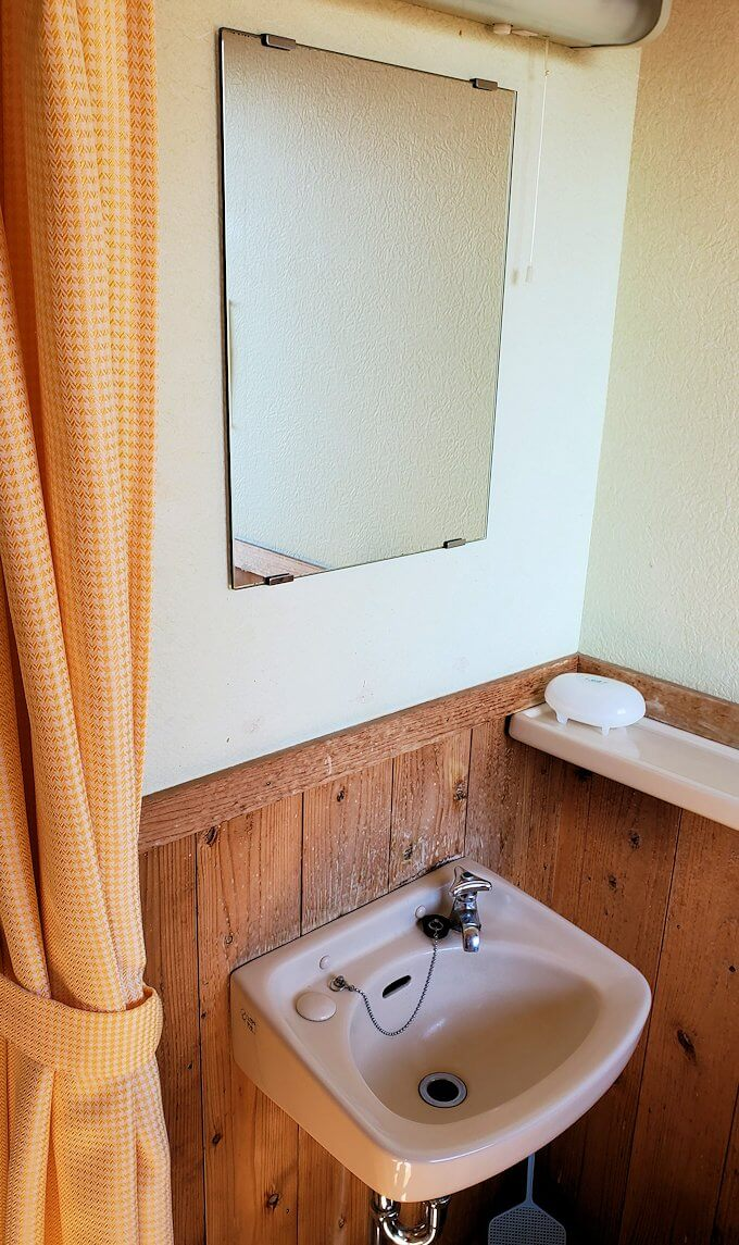 小国町にある「ロッジ村」の部屋の洗面台