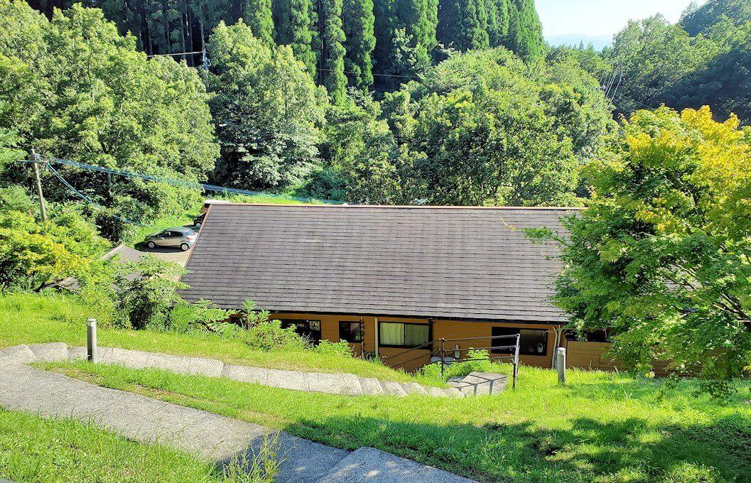 小国町にある「ロッジ村」の部屋にある個室温泉から見える景色