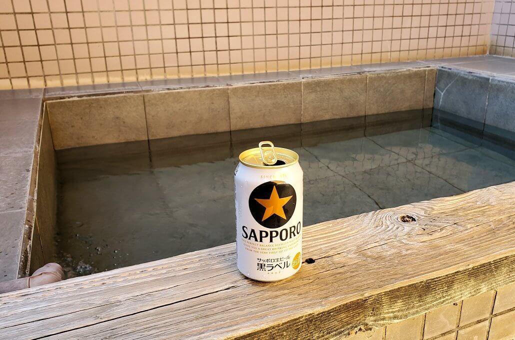 小国町にある「ロッジ村」の部屋にある個室温泉で浸かります
