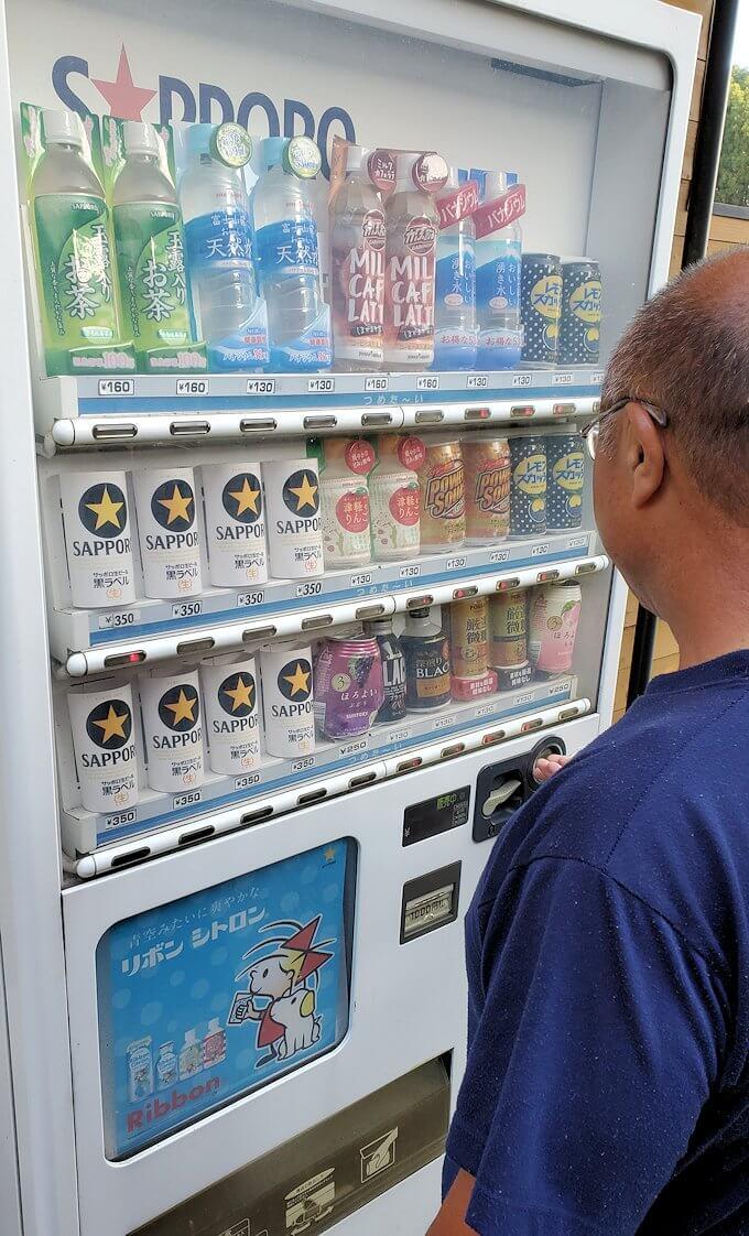 阿蘇鶴温泉ロッジ村にある自動販売機でビールを購入