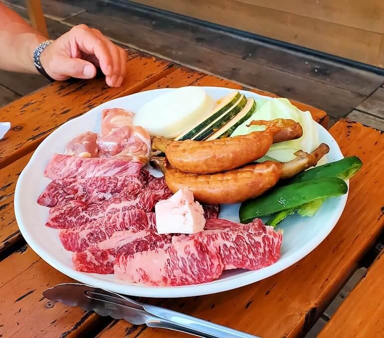 阿蘇鶴温泉ロッジ村で夕食に赤牛肉バーベキューを楽しむ