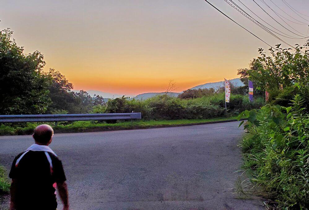 阿蘇鶴温泉ロッジ村から見える黄昏時に、外に出かける