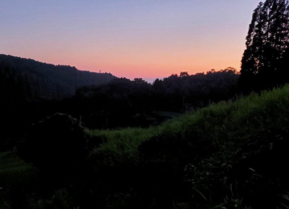 夕暮れ時の阿蘇鶴温泉ロッジ村周辺を散策する