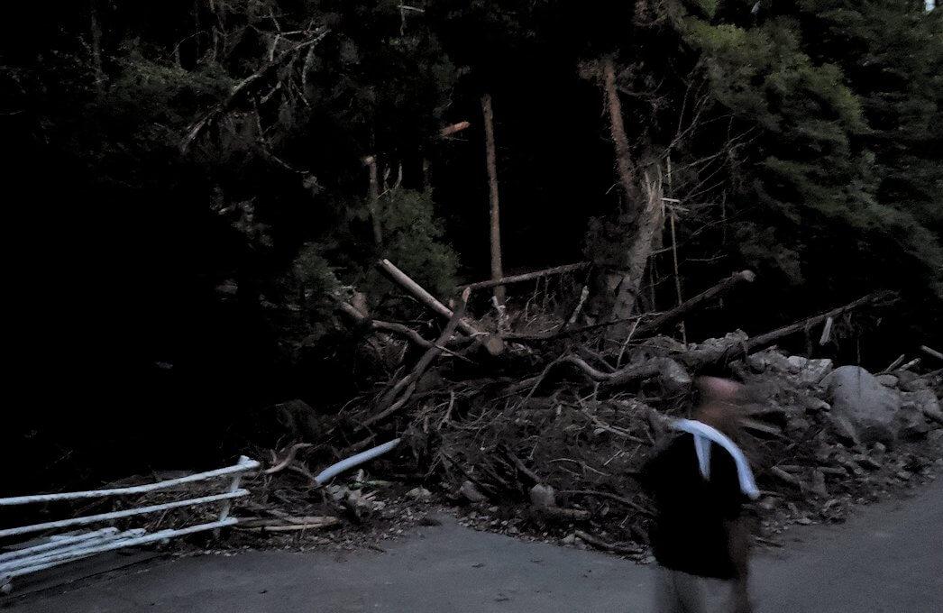 夕暮れ時の阿蘇鶴温泉ロッジ村周辺を散策すると、豪雨によって崩れた道が見えてくる