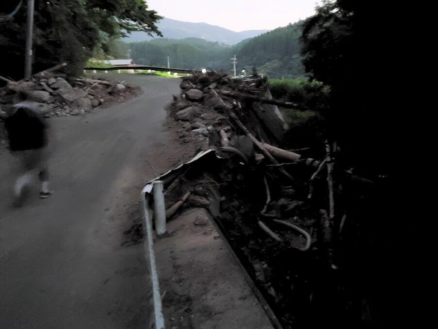 夕暮れ時の阿蘇鶴温泉ロッジ村周辺を散策すると、豪雨によって崩れた道が見えてくる-1