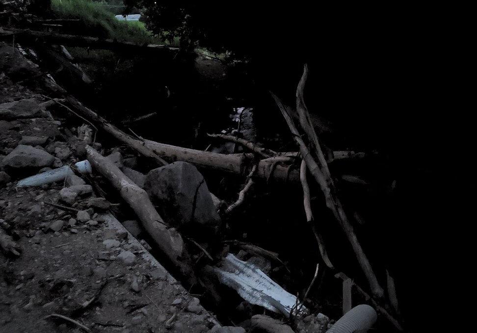 夕暮れ時の阿蘇鶴温泉ロッジ村周辺を散策すると、豪雨によって崩れた道が見えてくる-2