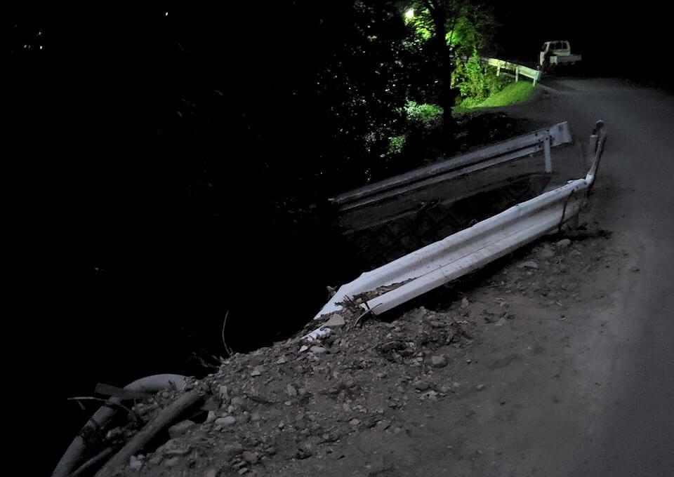 夕暮れ時の阿蘇鶴温泉ロッジ村周辺を散策すると、豪雨によって崩れた道を眺める