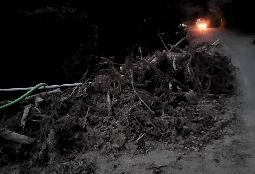 夕暮れ時の阿蘇鶴温泉ロッジ村周辺を散策すると、豪雨によって崩れた道を眺める-1
