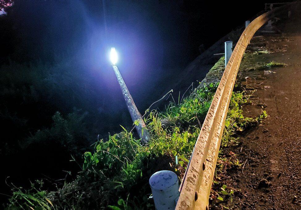 夕暮れ時の阿蘇鶴温泉ロッジ村周辺を散策すると、豪雨によって崩れた道を眺める-2