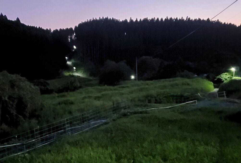 黄昏時の阿蘇鶴温泉ロッジ村周辺を散策して進む-1