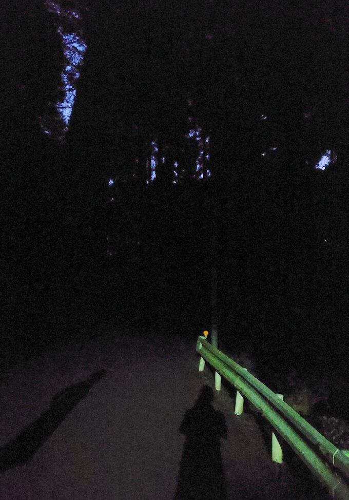 黄昏時の阿蘇鶴温泉ロッジ村周辺を散策して進むと真っ暗になる