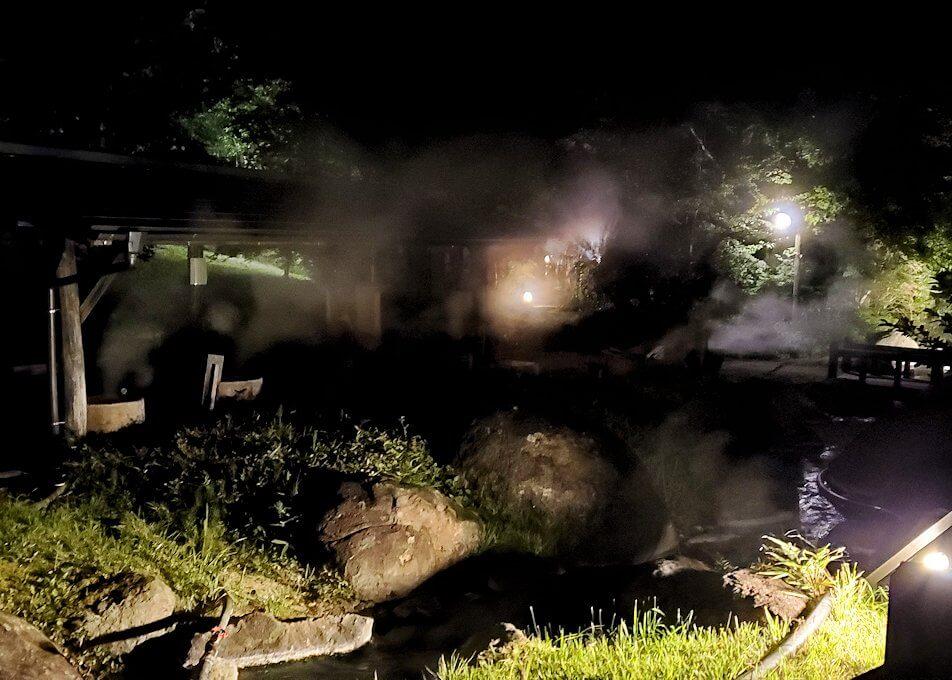 夜の阿蘇鶴温泉ロッジ村周辺で見つけた温泉宿に進む