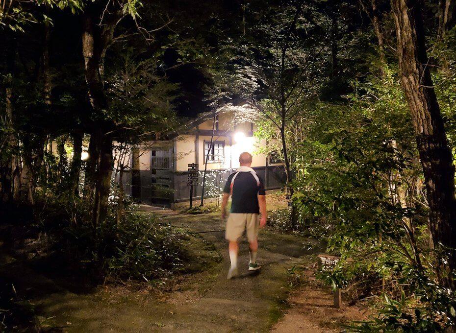 夜の阿蘇鶴温泉ロッジ村周辺で見つけた温泉宿に進むけど当然閉まっていた-1