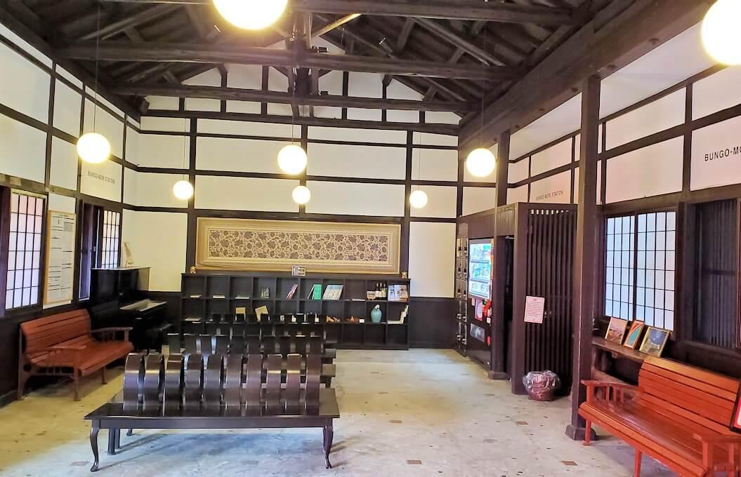 JR豊後森駅の駅舎内の景色