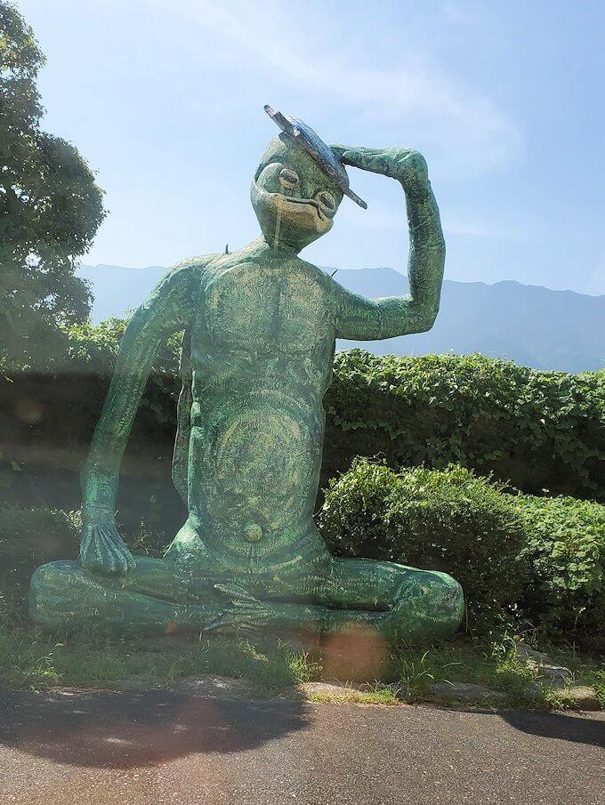 久大本線の日田駅から久留米に向かう途中に見えたカッパの像-1