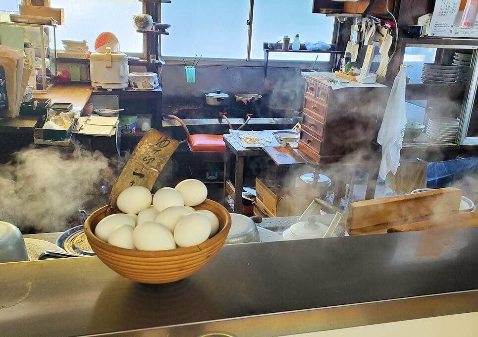 久留米市にある「沖食堂」の店内にあったゆで卵と背景