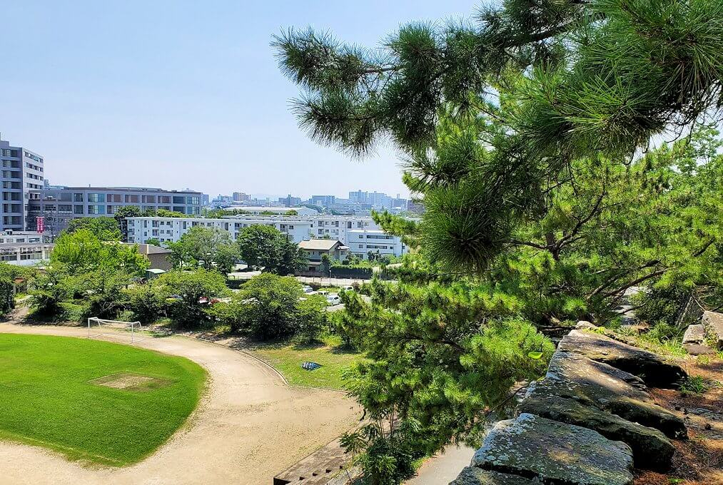久留米城跡の高台から久留米の街を眺める