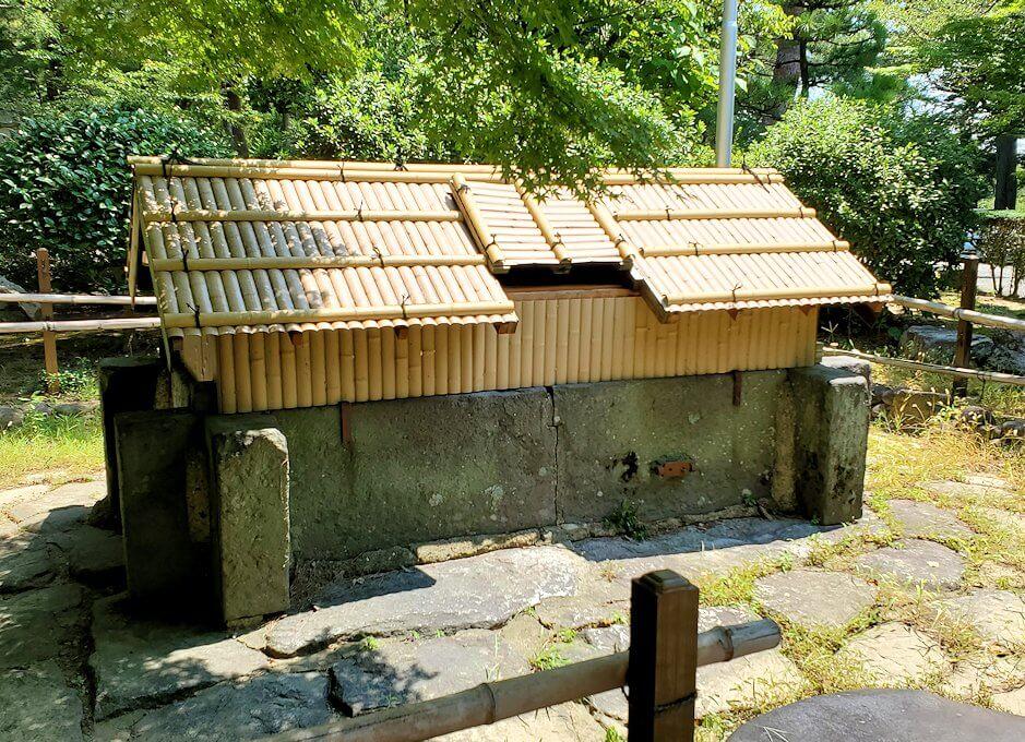 久留米城本丸跡にある井戸跡の建物