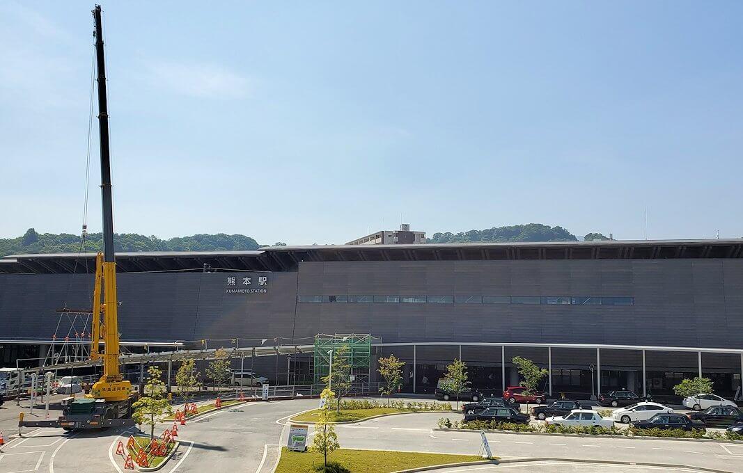工事中の熊本駅前広場の景色を眺める