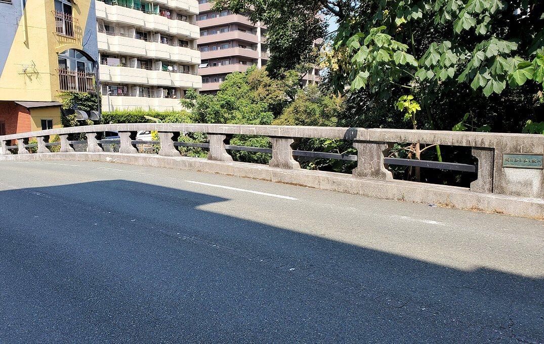 熊本駅から熊本城へと歩く途中に見えた明十橋を渡る
