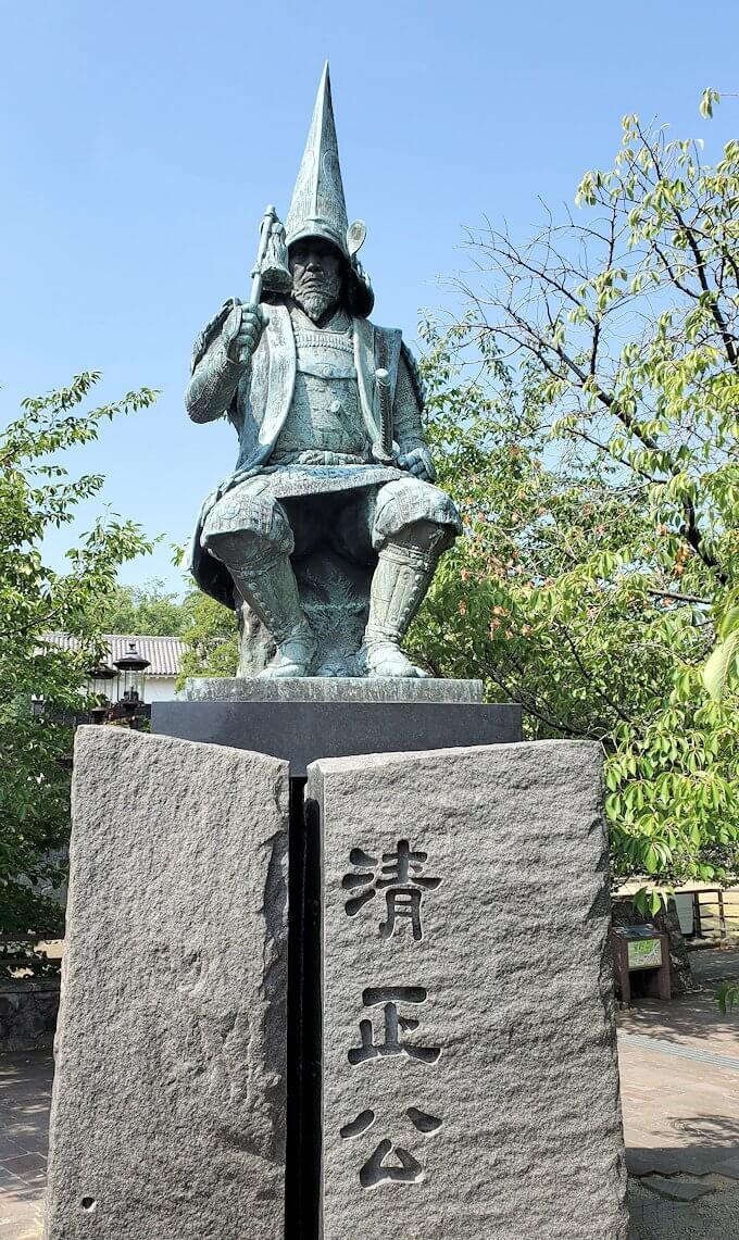 熊本城手前にある加藤清正の像