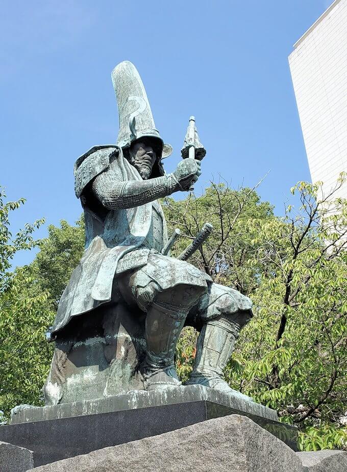 熊本城手前にある加藤清正の像-1
