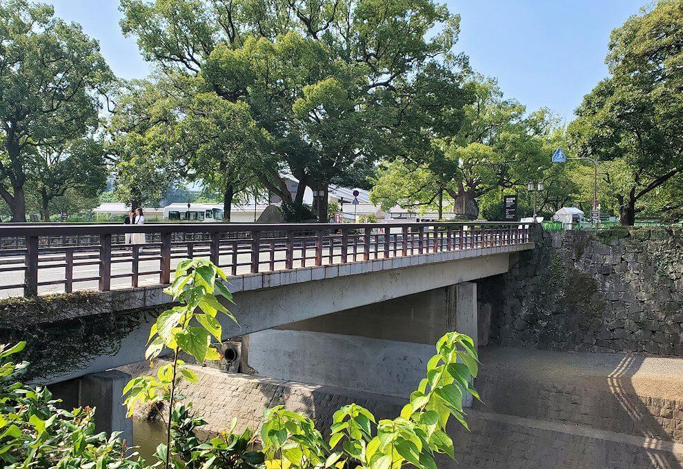 地震で崩壊している熊本城へと続く橋