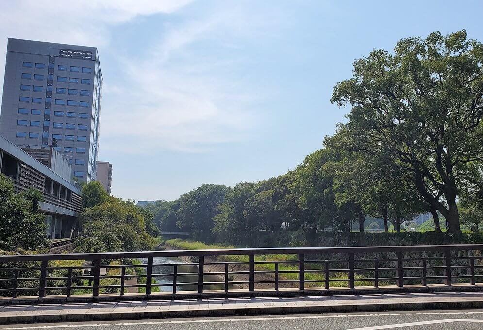 熊本城の本丸前を流れる坪井川に架かる行幸橋を渡る
