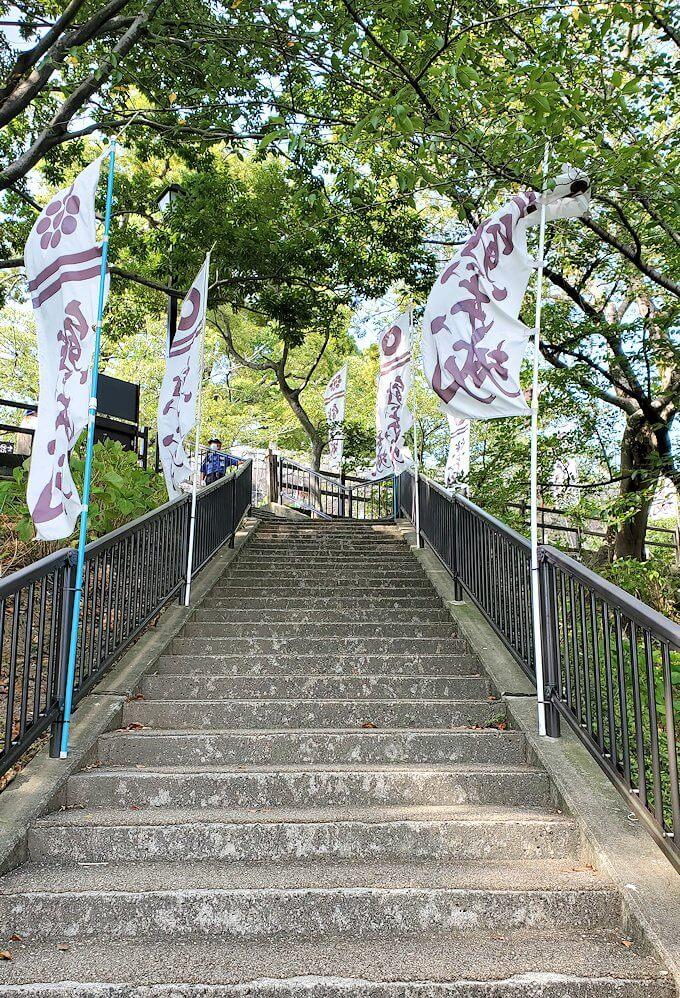 熊本城の本丸へ続く階段を登る
