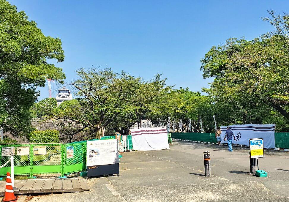 熊本城内の循環バスに乗って、二ノ丸公園に到着