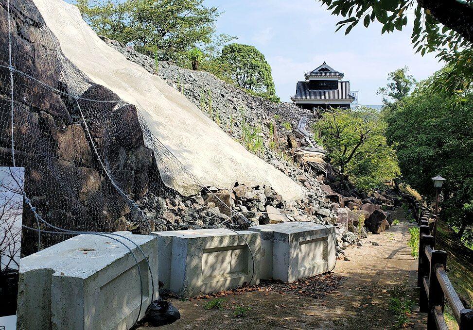 熊本城内の二ノ丸公園から見られる、崩れ落ちた石垣