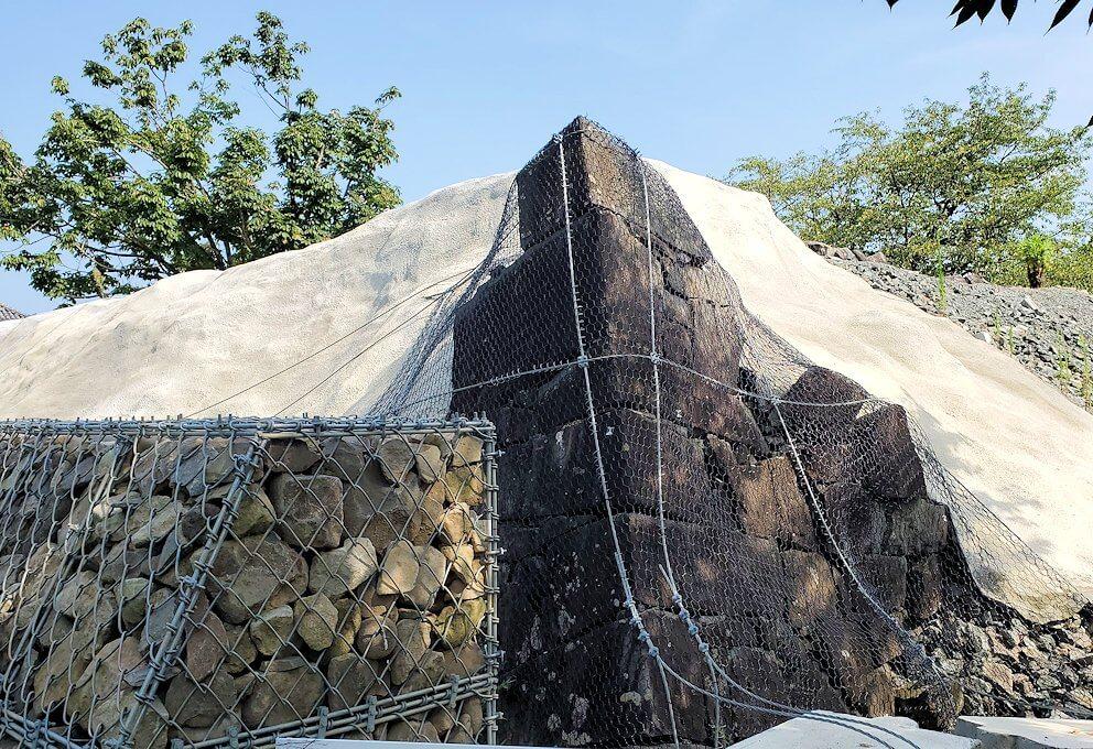 熊本城内の二ノ丸公園から見られる、崩れ落ちた石垣にカバーが掛けられている