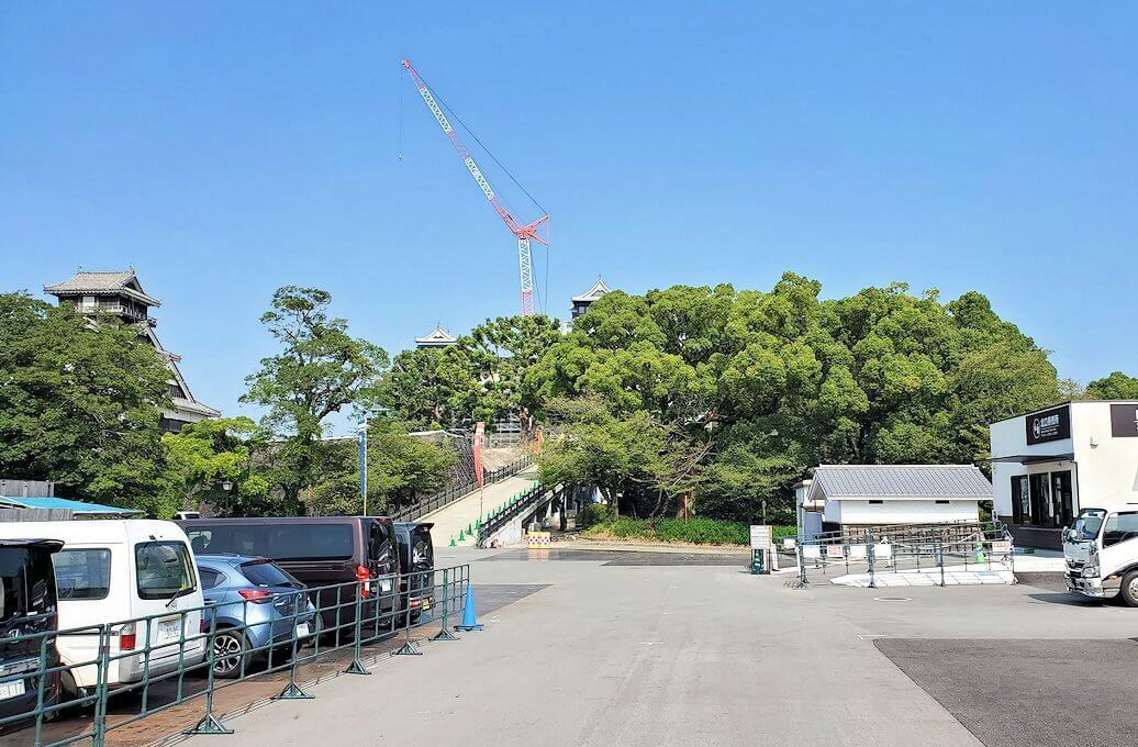 熊本城で復旧作業中の景色