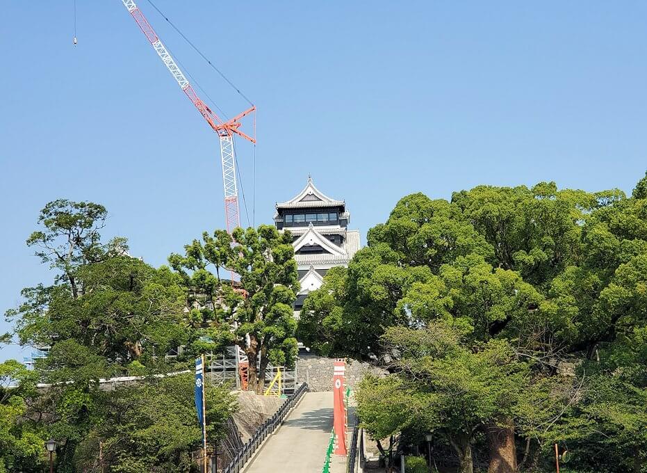 熊本城で復旧作業中の本丸が見える
