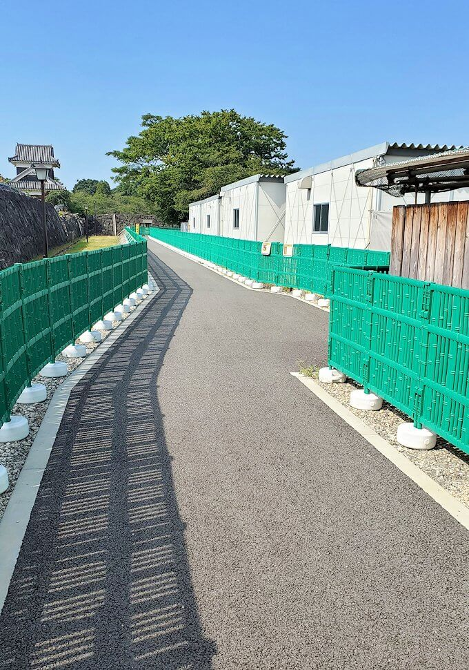 熊本城で復旧作業中の通路を進む