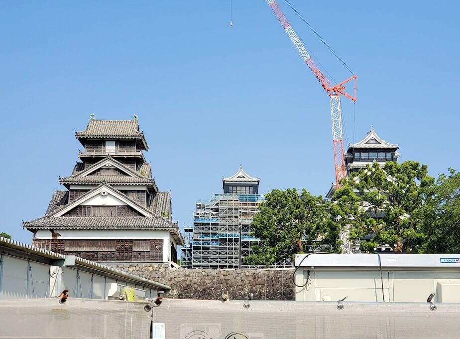 熊本城で無傷の宇都櫓と、再建中の本丸