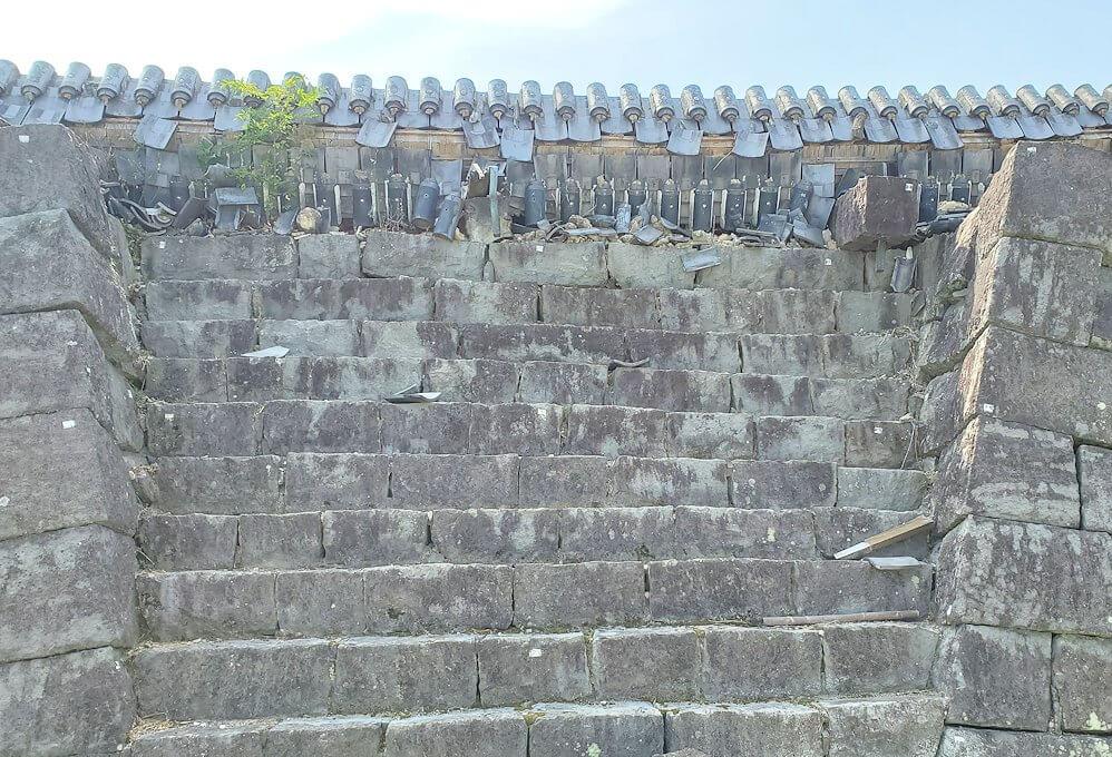 熊本城で復旧作業中の通路から見る、崩れた石垣