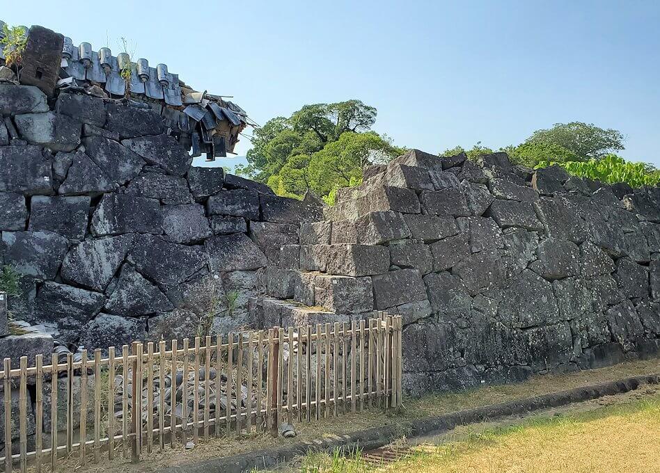 熊本城で復旧作業中の通路から見る、崩れた石垣-1