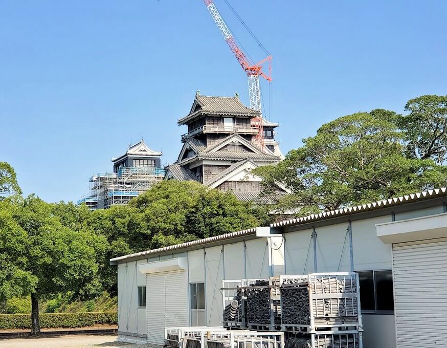 熊本城で復旧作業中の通路から見る、本丸