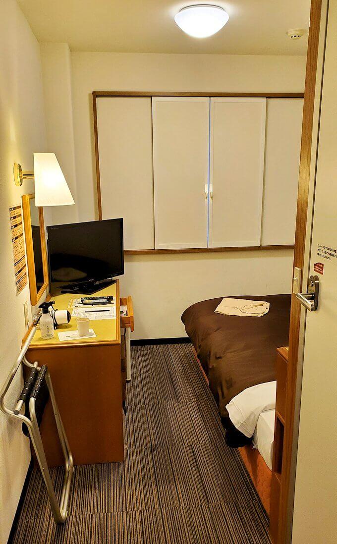 熊本市内の繁華街である銀座通り沿いのる「エクストールイン」ホテルのシングルルームの内観