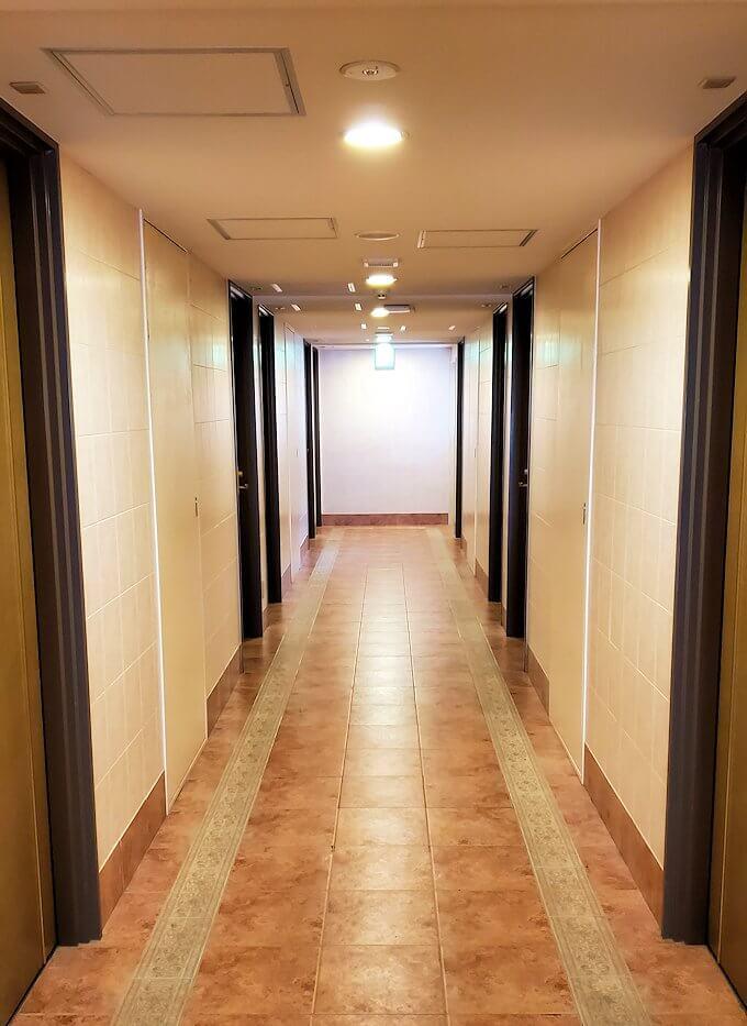 熊本市内の繁華街である銀座通り沿いのる「エクストールイン」ホテルのシングルルームの廊下