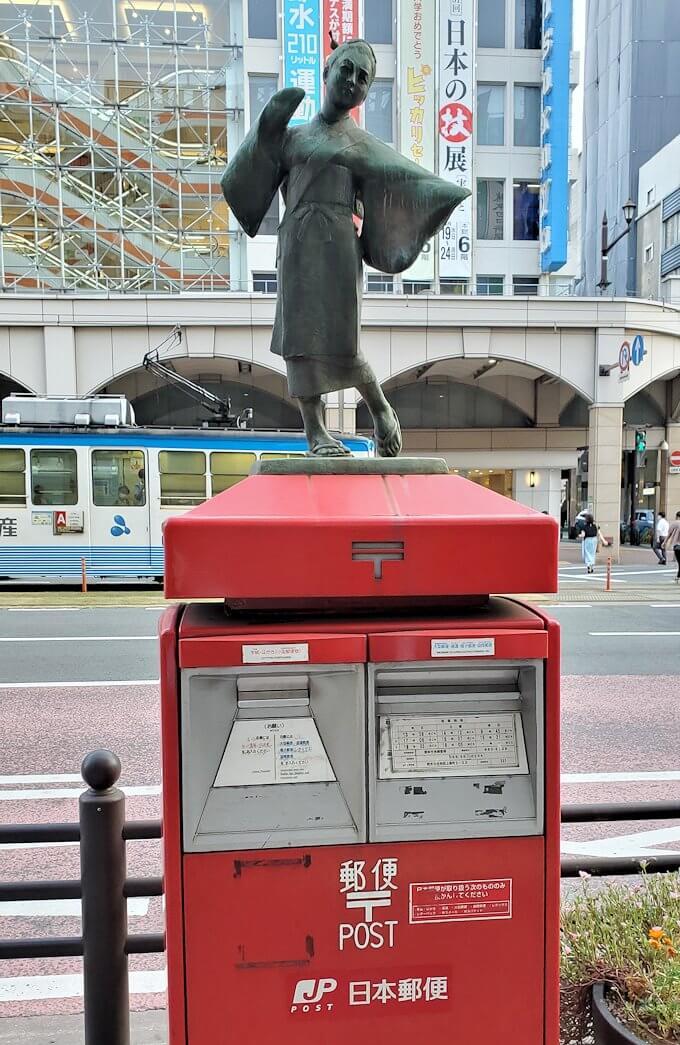 熊本市内の電車通りにあった、踊り子の像が上に立つ郵便ポスト