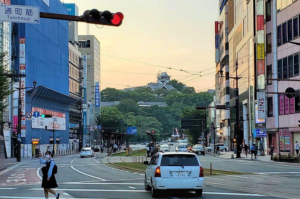 熊本市内の電車通りから眺める熊本城の景色