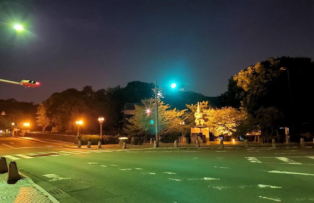 すっかり暗くなった熊本城へ向かう