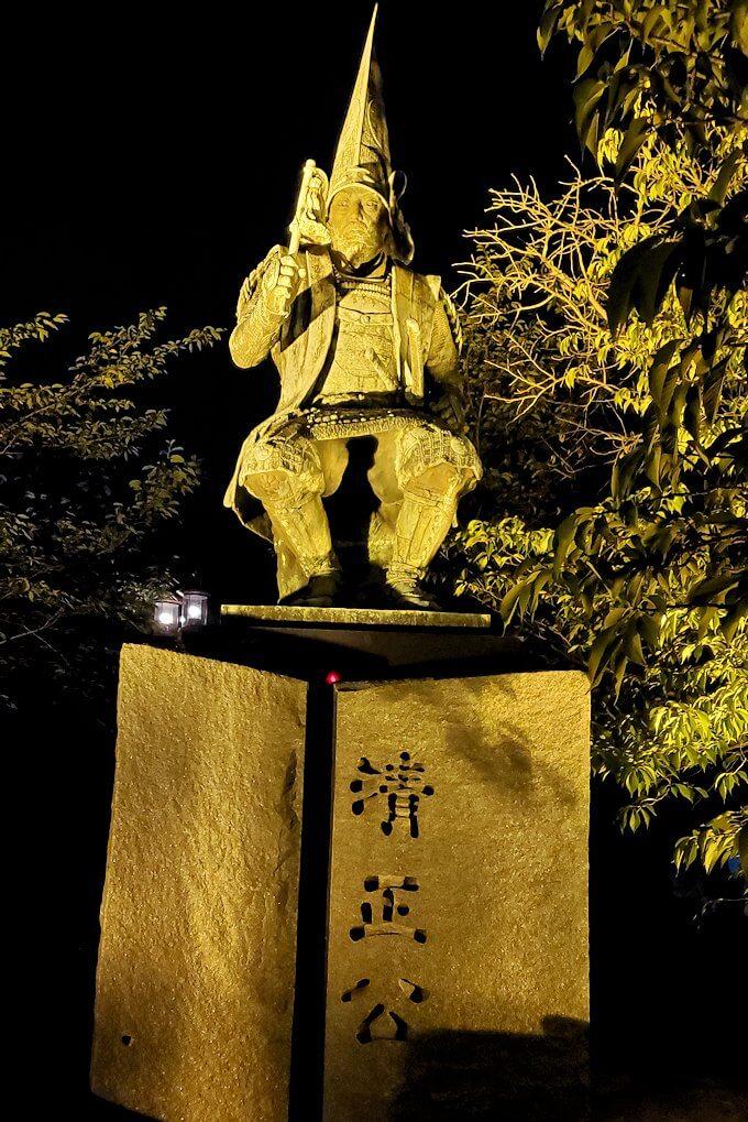 夜にライトアップされた加藤清正公の像