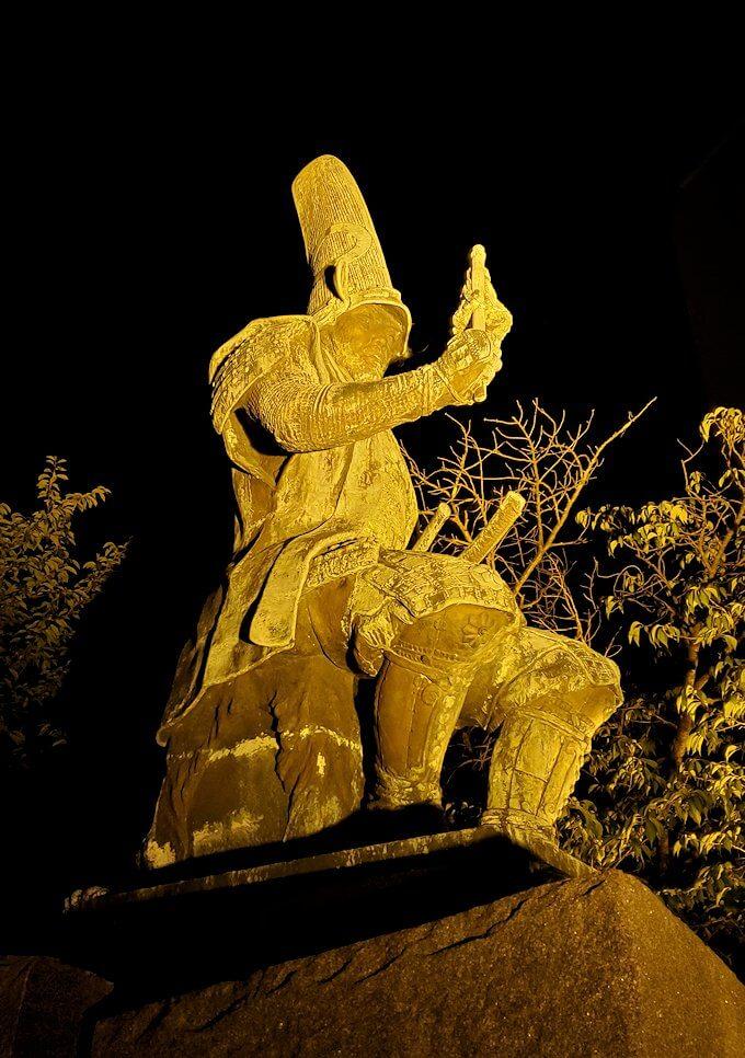 夜にライトアップされた加藤清正公の像を眺める