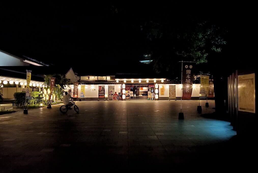 夜に熊本城入口の桜の馬場に向かう