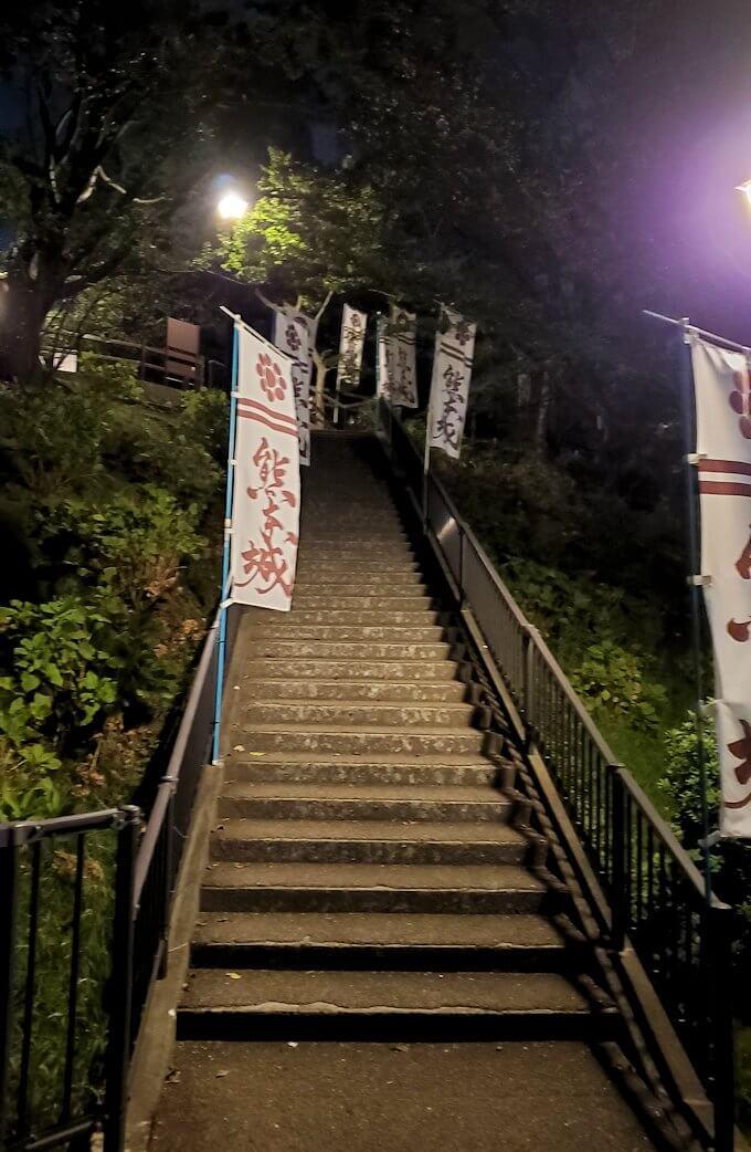 夜に熊本城で本丸方向へと向かう